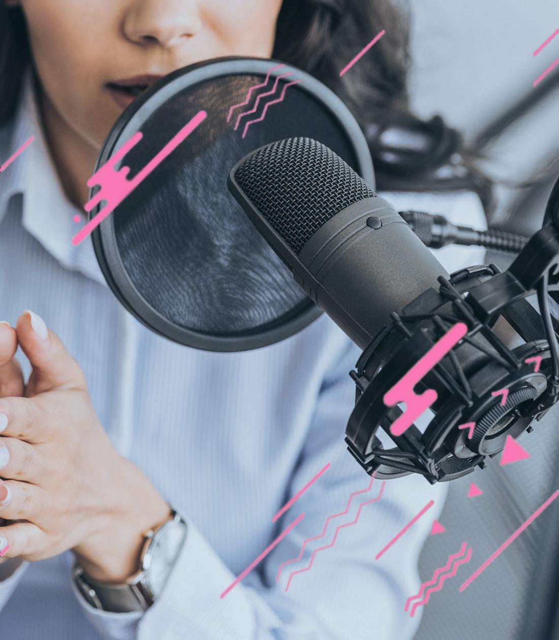 Podcast en un estudi d'àudio professional